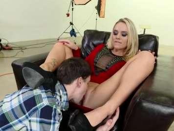 Alexis Monroe quiere sexo en su sofà