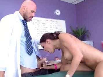 Doctor le hace una buena revisada a fondo a su paciente