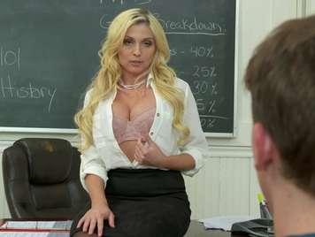 Profesora madura folla en clase con su alumno preferido