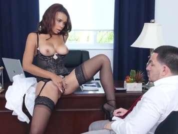 Secretaria morena quiere sexo con su jefe en la oficina