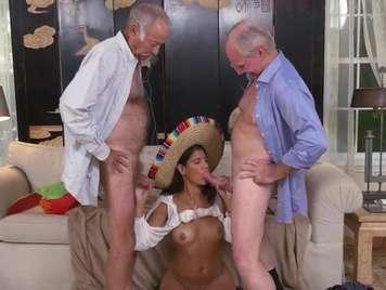 Mexicana se monta un trio con dos vergas madura