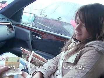 Follando en el coche a una jovencita culona por dinero