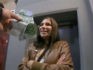 Chica checa casada follada por dinero en un parking