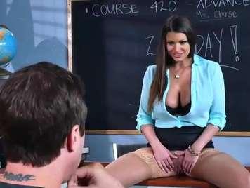 Insegnante seduce il suo studente e insegna la figa d