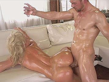 Sexo anal con rubia culona cubierta de aceite y el culo relleno de polla