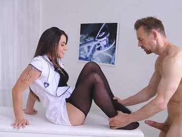 Enfermera pajea a un paciente con sus pìes