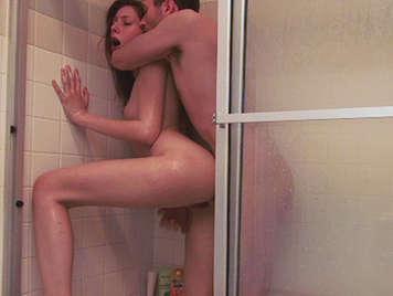 Perejita se grava en video mientras folla en la ducha