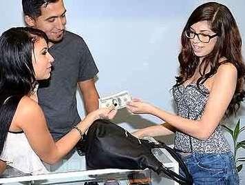 Morenita inocente con gafas follando por dinero