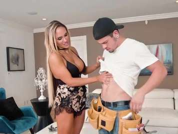 Große Brüste fickt mit ihrem Mann Mitarbeiter