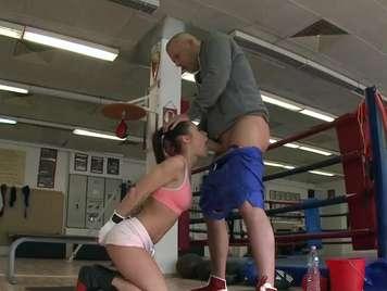 Deportista boxeadora chupando las pelotas del entrenador