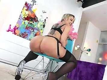 Ass blonde liebt Analsex und Sperma auf ihren boc