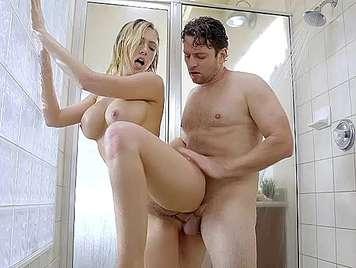 Follando en la ducha una rubia tetona