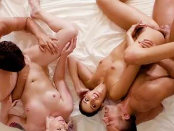 Cuarteto con dos hermosas jovencitas sexo duro