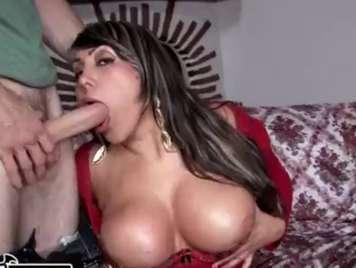 Colombiana madura experta en sacar leche con la boca