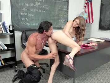 Profesor se folla a una alumna de 18 años en el colegio