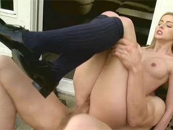 Colegiala jovencita y delgadita follada con calcetines puestos
