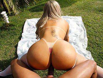 Brasileña con marcas del bikini gran culo y tetas duras follando a cuatro patas