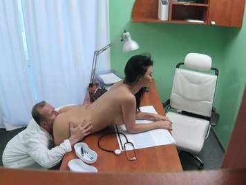 Doctor revisa a fondo a su paciente de tetas grande