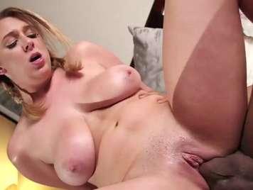 Interracial Hardcore-Sex mit einer jungen Blondine Brooke