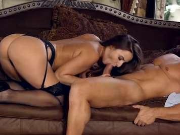 Lenceria muy sexi de Amira Adara provoca a su novio