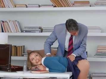 Profesor se folla a su alumna en su oficina