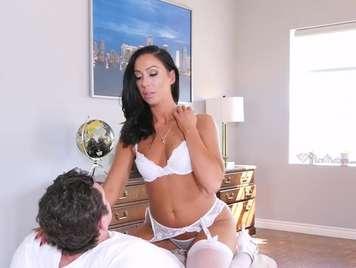 Madura con lenceria blanca seduciendo a su marido