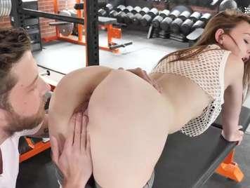 Sexo en el gimnasio con una jovencita de culo redondo
