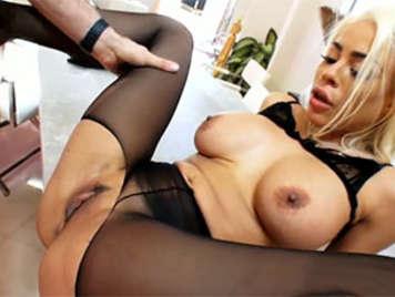 Latina vollbusige gefickt Blonde in den Arsch ein empfängt