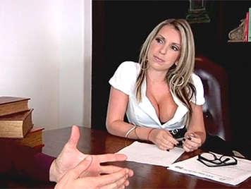 Cachonda y seductora secretaria madurita enrollandose con su jefe