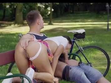 Publico sexo anal con una joven en el parque
