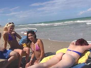 Universitarias en bikini se montan un trio con el amigo