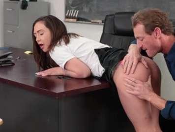 Colegiala es follada duro por su profesor sobre la mesa