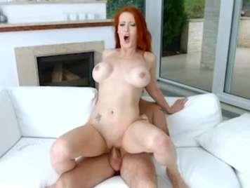 Pelirroja madura quiere sexo en el sofà