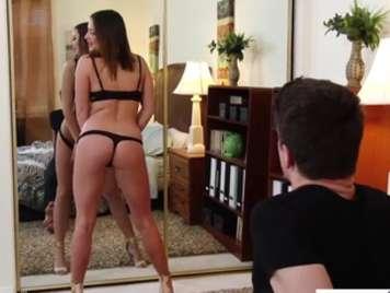 Giovane coppia godendo di una prima scena di fronte a una esp