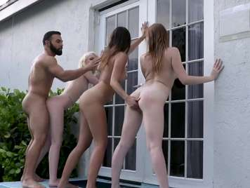 Foursome con tre belle donne in fighe strette