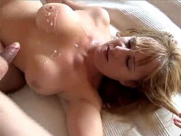 Spanischer hausgemachter Porno spritzt auf die Brüste einer reifen vollbusigen Blondine