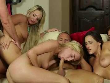 Orgias con tres jovencitas tragonas de semen