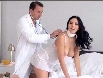 Doctor le mete el termometro en el coño a su paciente