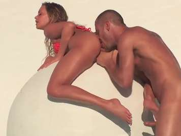 Sensual y bella rubia recibe sexo anal bajo el sol