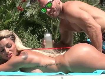 Bikini dos hermosa chicas se montan un trio en la piscina