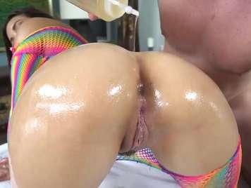 Aceite en un culo impresionante dispuesto a tener sexo duro