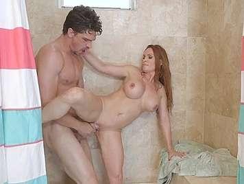 Follando una milf tetona en la ducha