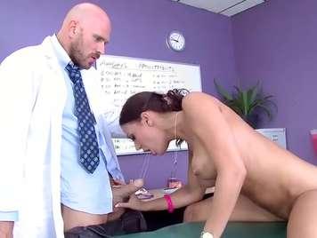 Doctor la pone a mamar a una paciente
