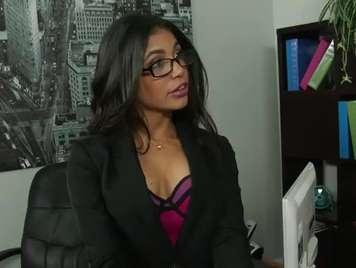 Secretaria con faldita seduce a su compañero y le pide sexo
