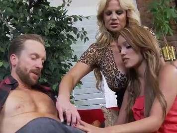Stepdad fickt seine Stieftochter zusammen mit ihrem madr