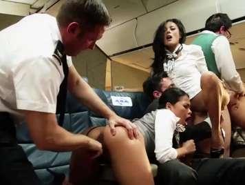 Orgias con las azafatas en un avion terminan enlechadas