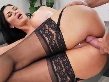 Lenceria de una secretaria seduce al jefe y quiere sexo duro
