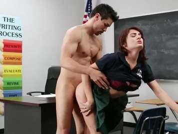 Profesor se folla a una alumna bien guarra