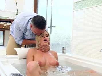 Ducha sexo saliendo de la bañera con su pareja