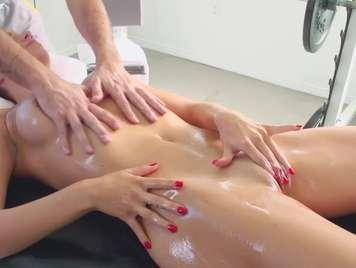Massaggiare un giovane tette naturali che terminano